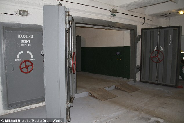 237371aa00000578-2847238-sturdy_inside_the_blast_doors_that_would_protect_residents_from_-24_1416834637871